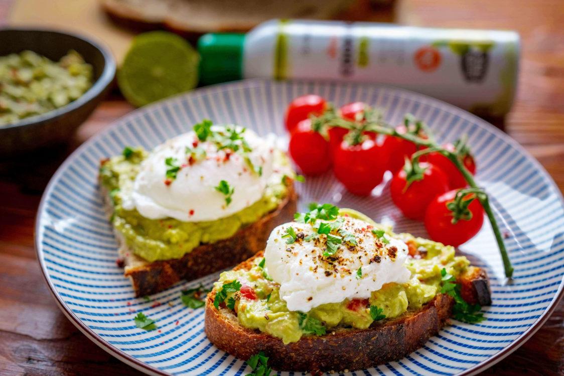 Rețetă fitness: Pâine cu pastă de avocado și ou poșat