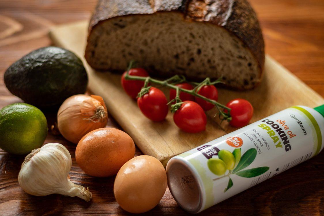 Ingrediente pentru pâine cu pastă de avocado și ou poșat