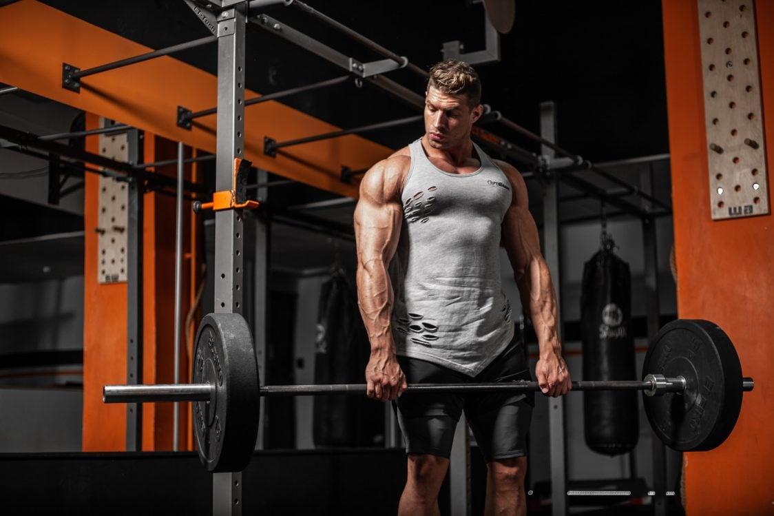 Hip thrust crește rezistența în timpul genuflexiunilor și al îndreptărilor