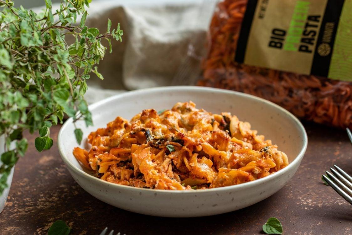 Фитнес рецепта: Печена паста с доматен сос и коричка от сирене