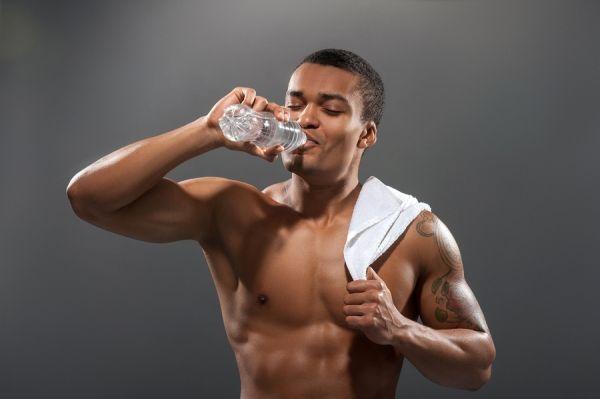 Môže pitie vody zrýchliť metabolizmus a podporiť chudnutie?