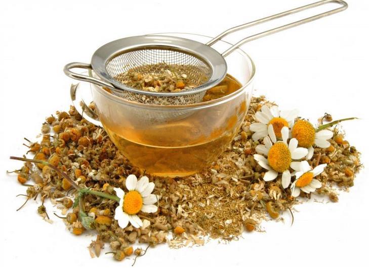 7 potravín, ktoré redukujú bolesti svalov po tréningu harmančekový čaj