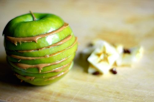 10 najlepších snackov, ktoré vás zbavia chutí na maškrtenie jablko a arašidové maslo
