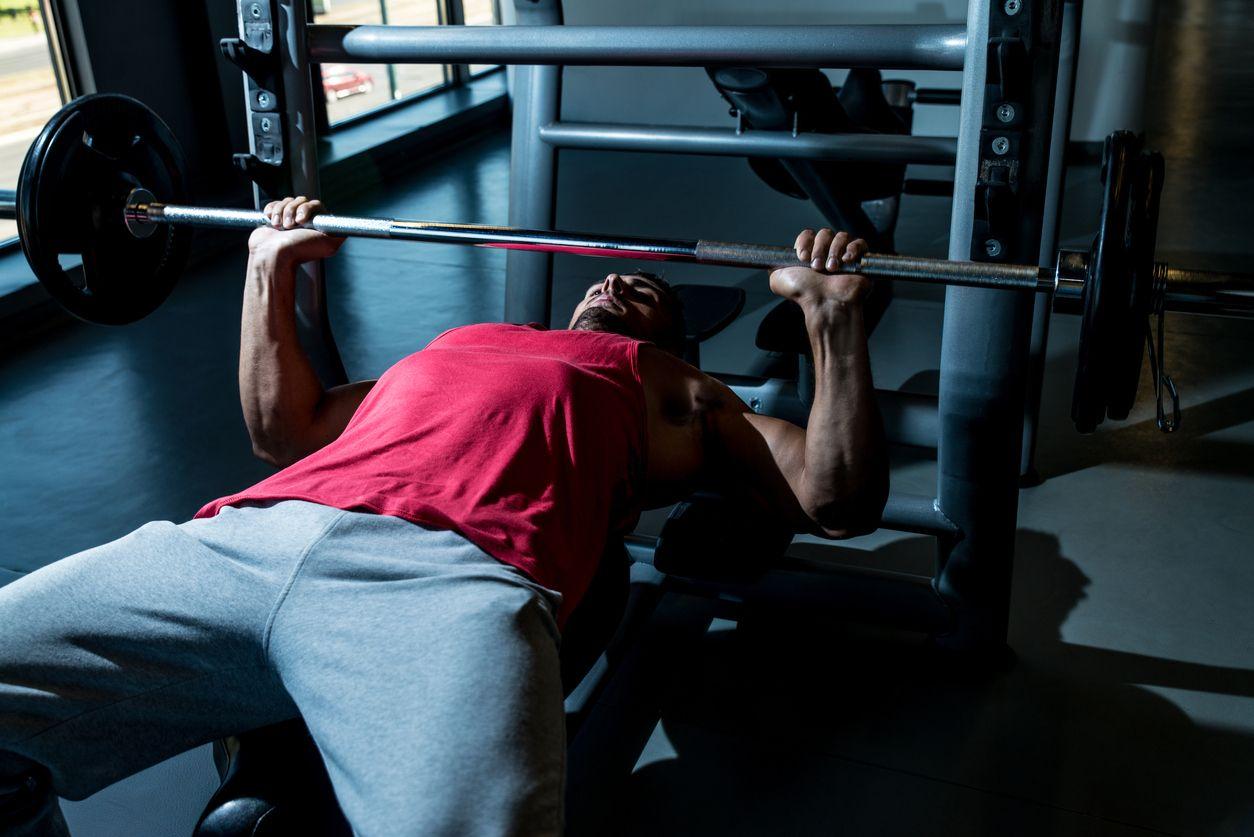 6 najväčších chýb pri silovom tréningu - bench press a asistované cviky