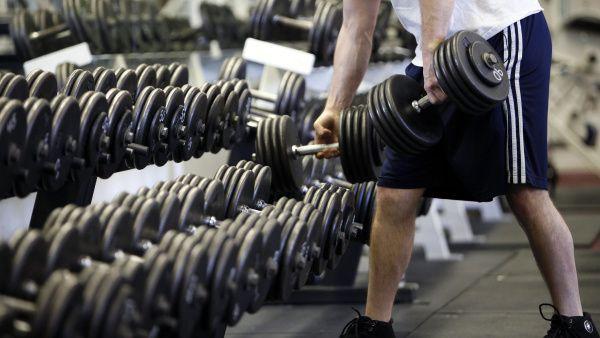 11 pravidiel etikety vo fitku, odkladajte po sebe závažia